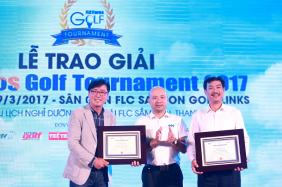 Ông Lưu Đức Quang trao giải Eagle cho 2 golfer.