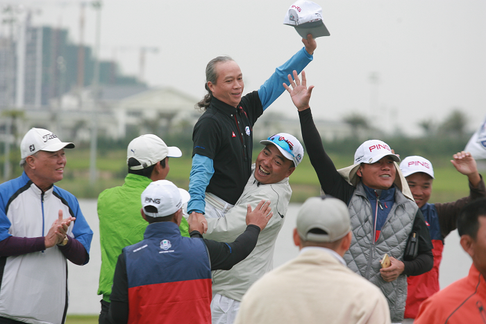 Khoảnh khắc golfer Võ Văn Đường mang về chiến thắng.