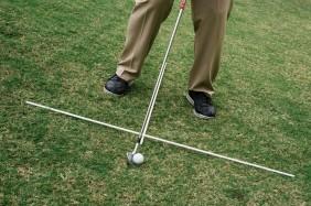 Chân phải cao hơn chân trái, bóng hơi dịch về bên phải