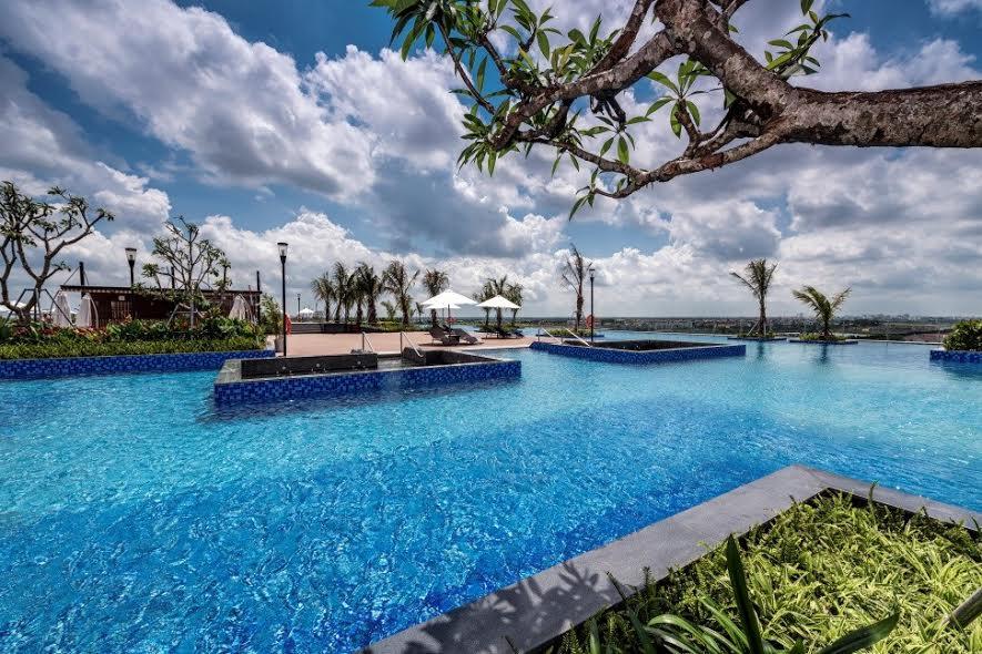Bể bơi người lớn với không gian xanh dương như chạm tới vòm trời