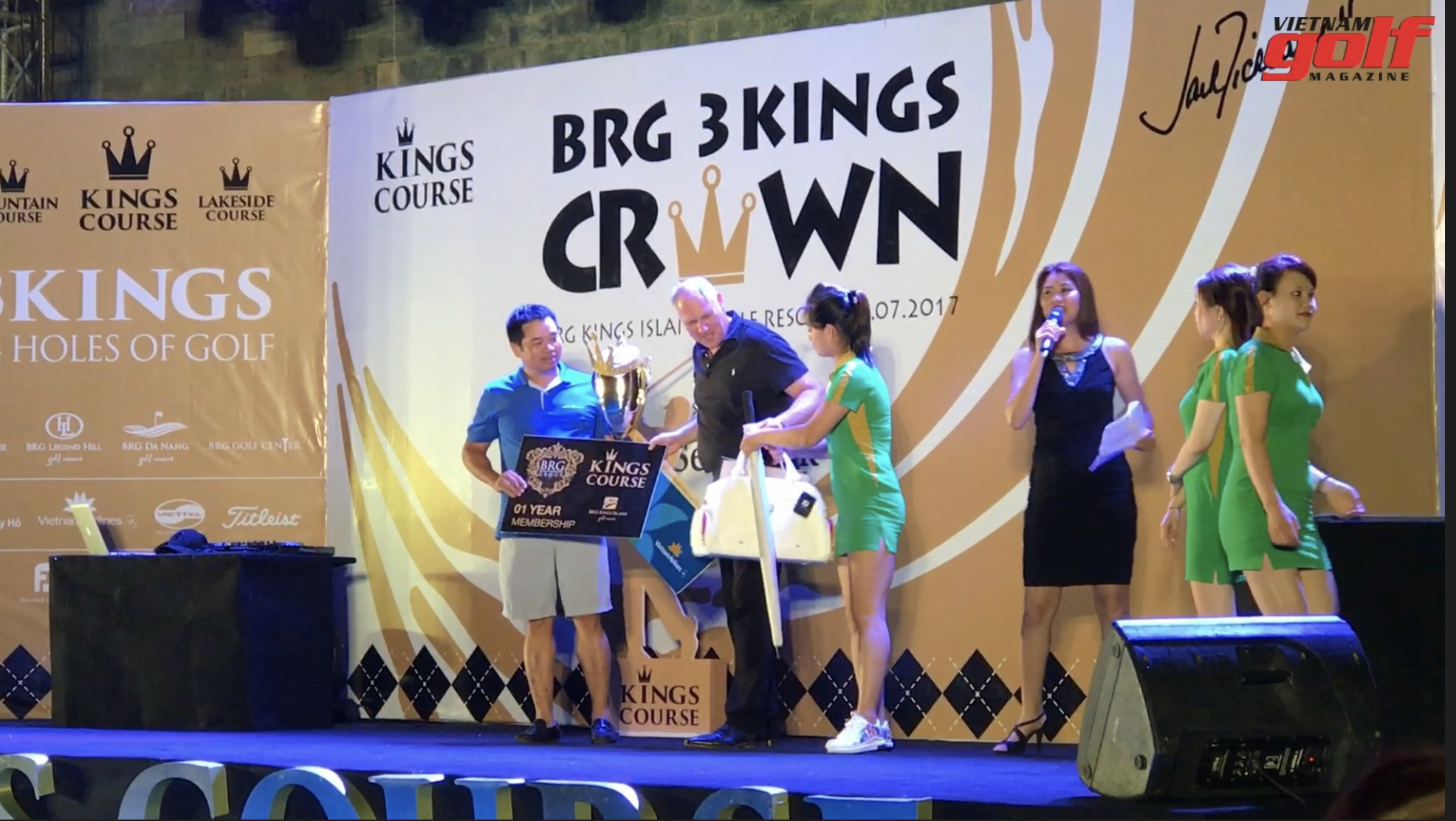 Golfer Dương Thanh Tùng lên nhận giải Best Gross