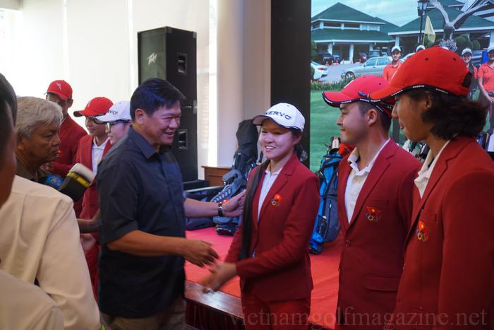 Chủ tịch Hiệp hội Golf Việt Nam - Ông Lê Kiên Thành bắt tay và gửi lời động viên đến đội tuyển Việt Nam thi đấu tốt tại SEA Games 29