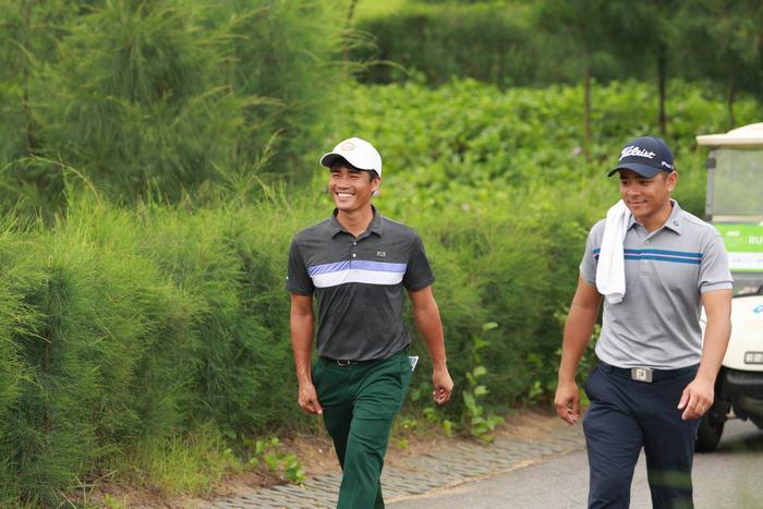Golfer Doãn Văn Định (trái) và golfer Phạm Minh Đức