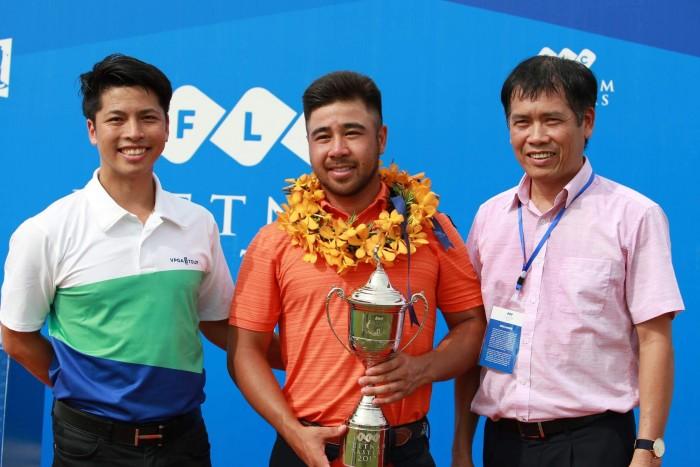 Giám đốc giải Nguyễn Thái Dương chụp cùng nhà vô địch (Ảnh: Duy Dương)