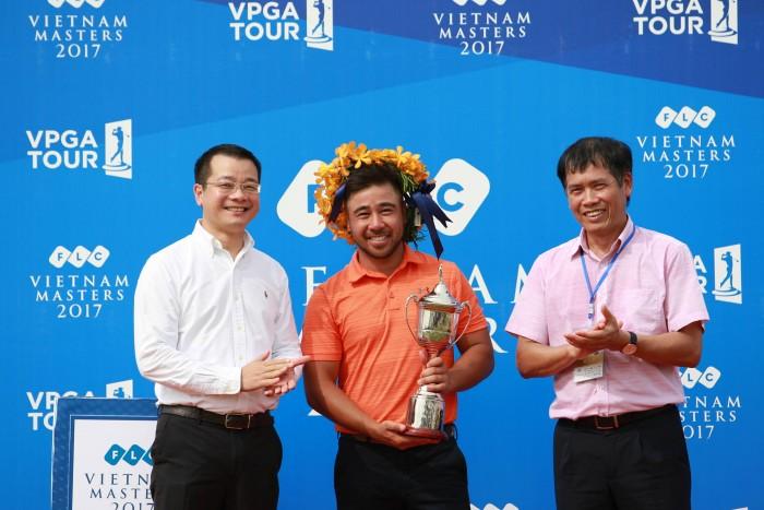 Ông Nguyễn Quang Huy - Chủ tịch HĐQT Công ty CP Quản lý sân Golf Biscom (áo trắng) và ông Trần Đức Phấn - Phó tổng Cục trưởng TCTDTT (áo hồng)