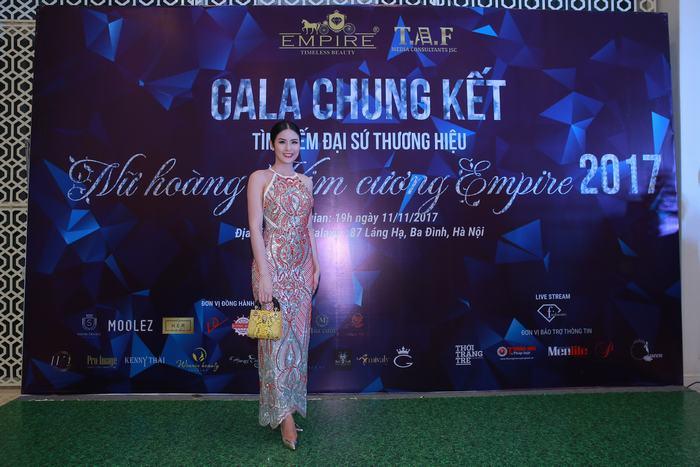Hoa hậu Ngọc Hân với chiếc túi da trăn màu vàng của Moolez