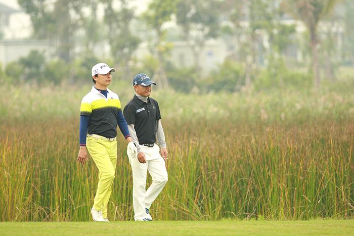 2 golf thủ Lê Hùng Nam và Đỗ Anh Đức trên fairway hố 10