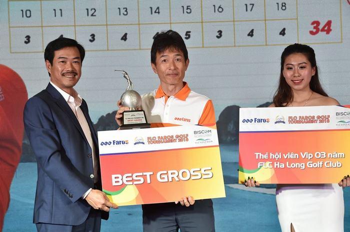 Ông Đỗ Như Tuấn - PCT Công ty CP xây dựng FLC Faros trao giải cho nam golfer TOMOYOSHI/MAKOTO đến từ Nhật Bản giành được Best Gross với tổng số 69 gậy.