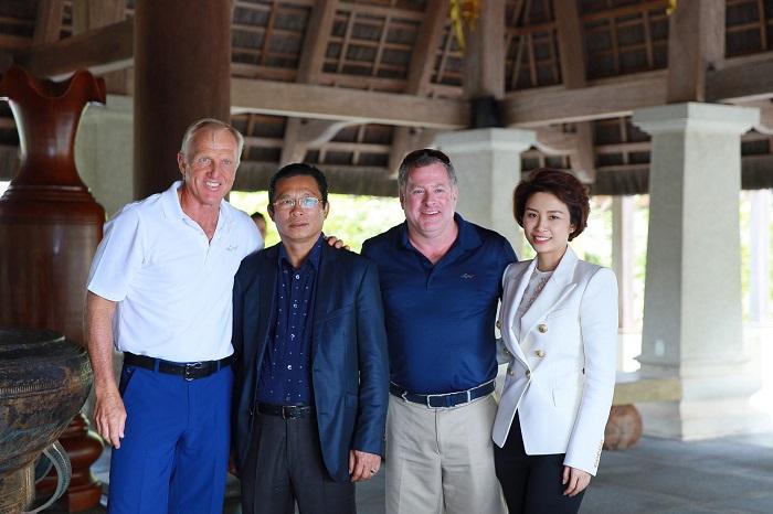 Greg Norman và cộng sự chụp hình cùng 2 bố con ông Chủ tịch Võ Minh Hoài