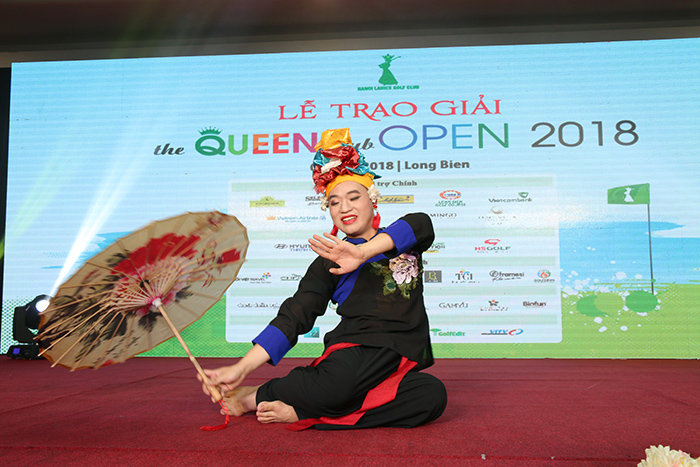 Nghệ sỹ Trần Hùng biểu diễn hát Văn tại tiệc trao giải