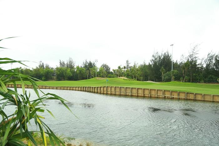 Sân golf phong cách bờ kè (bulkhead style)