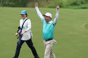 Golfer Nguyễn Tuấn Anh ăn mừng cú putt quyết định