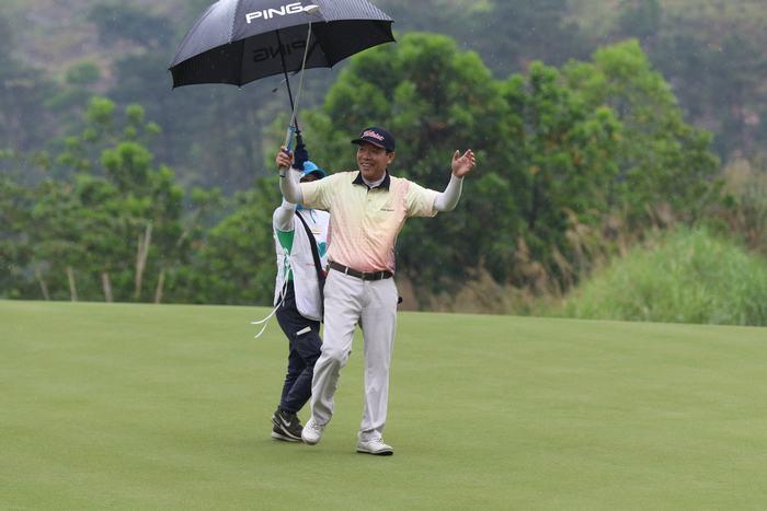 Golfer Nguyễn Tiến Long có cú putt hay ở hố 18
