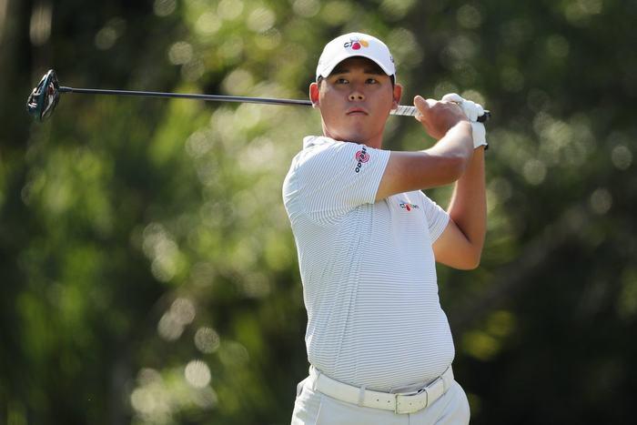 Đương kim vô địch Si-Woo Kim kém vị trí dẫn đầu 1 gậy