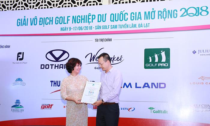 Bà Nguyễn Thị Thu Hà trao kỷ niệm chương cho ông Bùi Xuân Phong - Tổng GĐ SAM Tuyền Lâm Golf & Resort