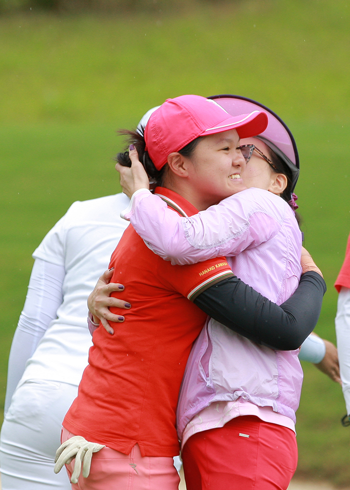 Mẹ Hanako ôm con gái chúc mừng chiến thắng