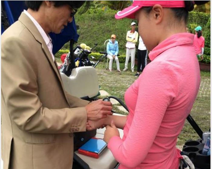 Hanako bôi thuốc giảm đau để thi đấu. Ảnh: Nam Giang - Golf Edit