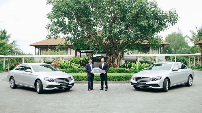 Mr Choi Duk-Jun handed over the key to Mr Gavin Herholdt (From left to right)