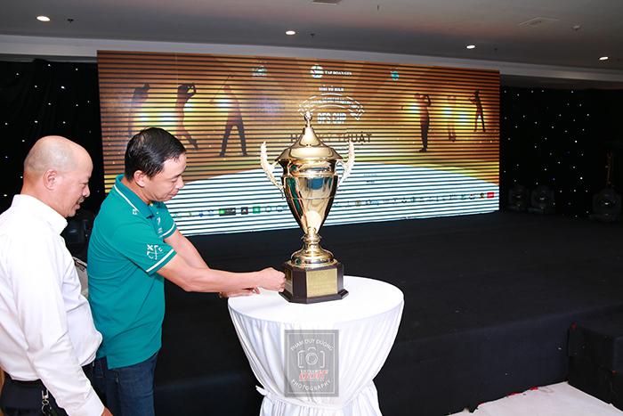 Ông Lê Hùng Nam giới thiệu về chiếc cúp vô địch của giải.