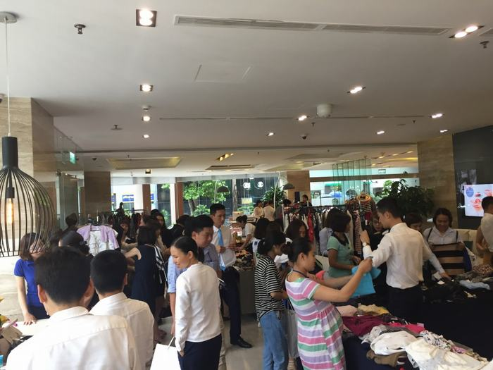Sự kiện đã thu hút rất nhiều người tới mua và đóng góp từ thiện.