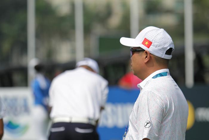 Ông Nguyễn Quốc Hùng - Trưởng bộ môn golf Tổng cục Thế dục thể thao đang theo dõi các thành viên của tuyển luyện tập. Ông Hùng cho biết, tuyển Việt Nam đặt mục tiêu lọt vào Top 10 đội có thành tích tốt nhất tại ASIAD lần này.