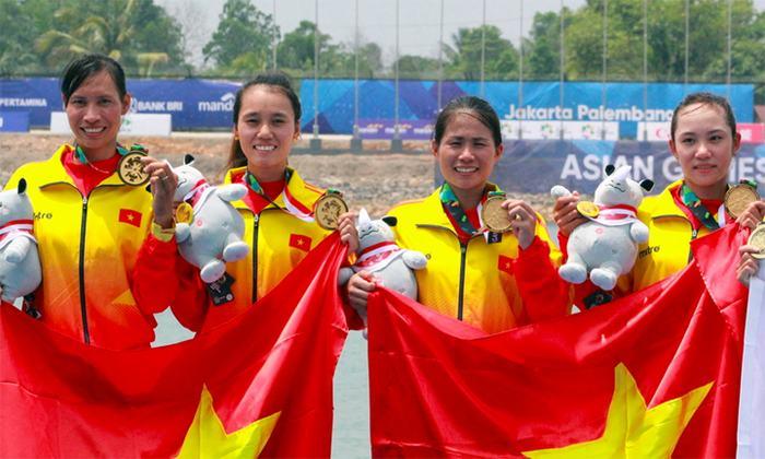 Các tay chèo Việt Nam trên bục nhận huy chương. Ảnh: vnexpress