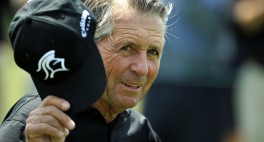 Gary Player tips his hat as he walks from the #1 tee during the second round of the Masters Golf Tournament at the Augusta National Golf Club  Friday April 10, 2009. MICHAEL HOLAHAN/STAFF Disk#223