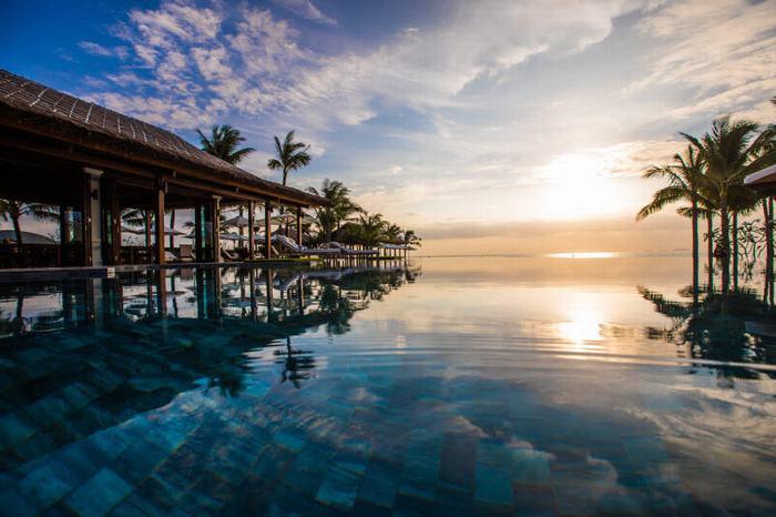 Hồ bơi vô cực ở The Anam nhìn ra Bãi Dài