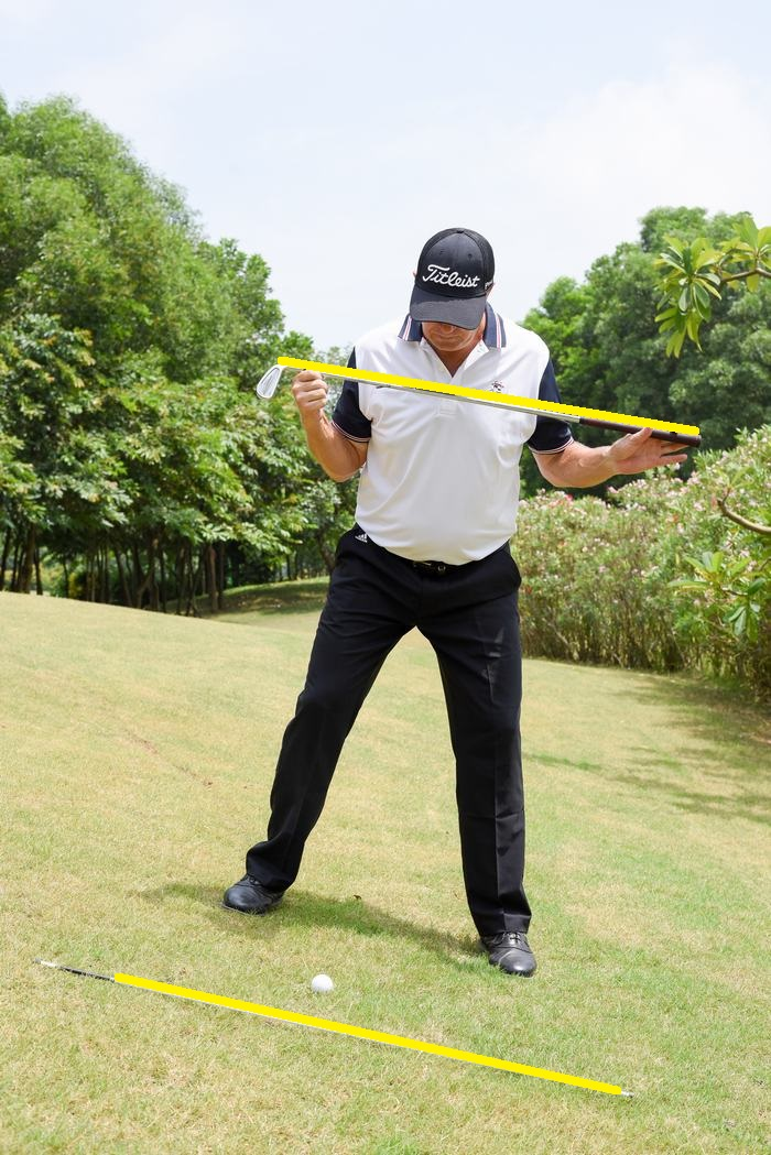Có thể dùng gậy để cân chỉnh tư thế cho chính xác, dọc theo sườn dốc