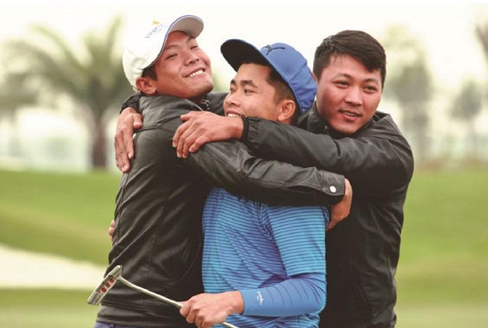 Nguyễn Hữu Quyết ăn mừng sau chiến thắng trong trận chung kết VMC 2017