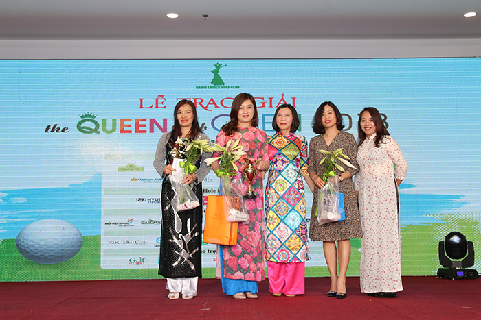 Các nữ golf thủ trong những tà áo dài duyên dáng lên nhận giải