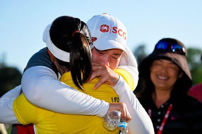 Khoảnh khắc Ariya bật khóc và ôm lấy Moriya