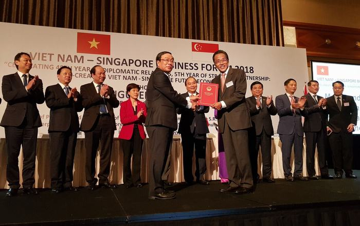 Mr Ho Kwon Ping receiving the Notice of Casino Approval