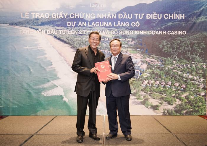 Mr Ho Kwon Ping and Mr Nguyen Van Cao (from left to right) attended the handover ceremony of increasing investment capital certification for Laguna Lăng Cô project