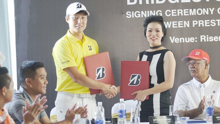 Golfer Jay Park (trái)