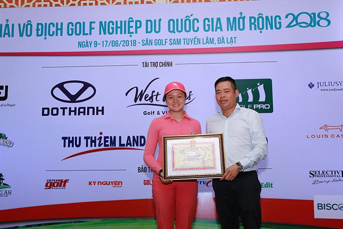 Ông Nguyễn Quốc Hùng - Trưởng bộ môn Golf Tổng cục TDTT trao bằng khen cho Hanako Kawasaki