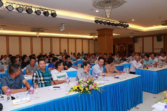 Đông đủ các đại diện của 34 CLB tham dự giải đã đến tham gia buổi họp kỹ thuật