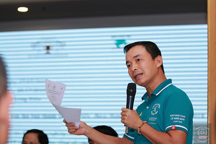 Ông Lê Hùng Nam - Giám đốc giải trả lời những thắc mắc của các đội