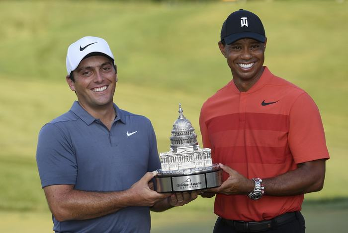 Tiger Woods trao chiếc cúp Quicken Loan cho Francesco Molinari