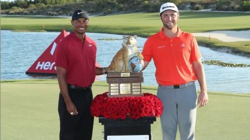 Tiger Woods (trái) và Jon Rahm