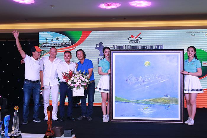 """Bức tranh """"Trăng trên sân golf"""" của hoạ sỹ Trần Ngọc Đức"""
