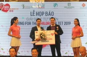Ông Phạm Gia Chi Bảo cảm ơn nhà tài trợ Kim Cương CenHomes trong buổi họp báo