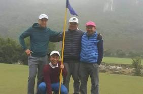 Golfer Trần Ngọc Dũng (áo đỏ) ghi Albatross, golfer Lê Xuân Quý (mũ đỏ) ghi điểm Eagle