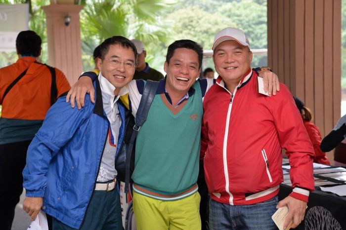 Nụ cười của những người bạn - áo đỏ là trưởng ban Tổ chức giải - anh Trịnh Thanh Chương