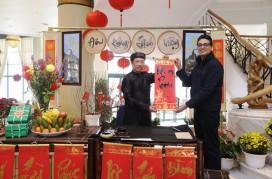 Du khách nước ngoài rất hứng thú với nghệ thuật thư pháp