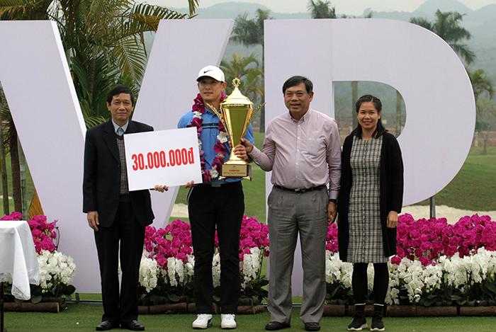 Kim Woo Jin nhận cúp và 30 triệu tiền thưởng
