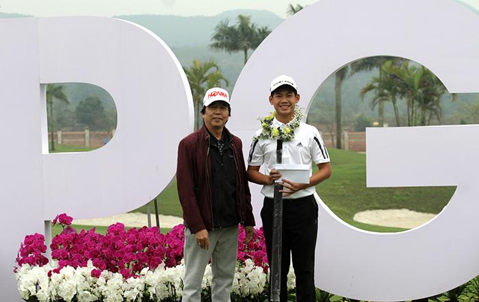 Đặng Quang Anh nhận giải golfer nghiệp dư xuât sắc nhất giải