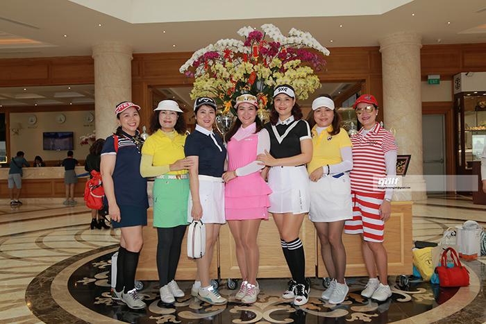 Những golfer Nữ trong những bộ trang phục đầy mầu sắc và gương mặt luôn rạng rỡ
