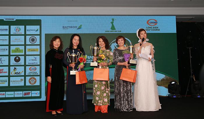 Bà Vũ Vân Yến trao giải cho các golfer giành giải Nhất các bảng
