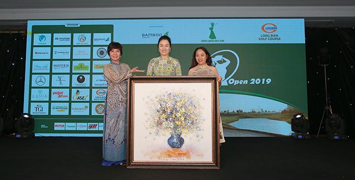 Bức tranh của hoạ sỹ Trần Hồng Đức được golfer Đặng Thị Mai Hương mua với giá 50 triệu đồng